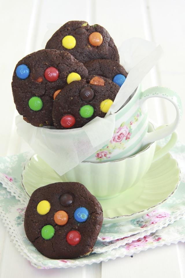 Cookies de chocolate y M&Ms con pistachos