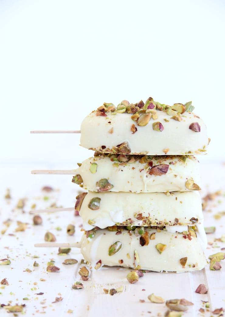 Helado de chocolate blanco y pistachos